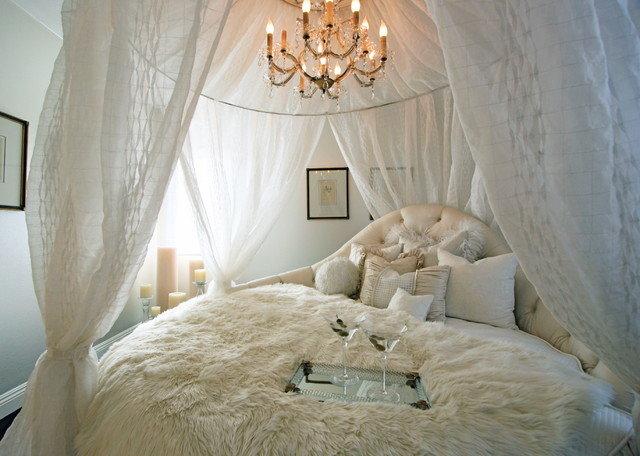 Большая круглая кровать с балдахином