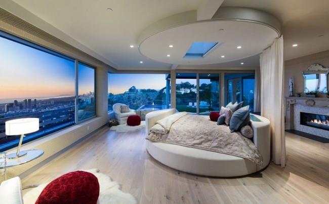 Большая круглая кровать в обширной спальне