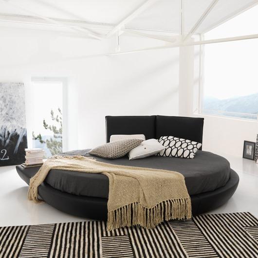 Черная кровать круглой нестандартной формы