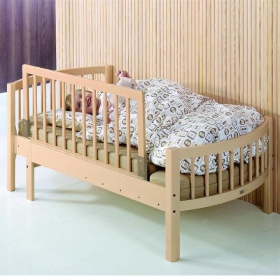 Деревянные предметы мебели для комнаты ребенка
