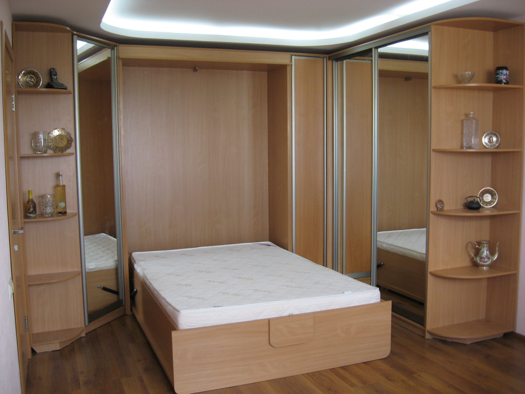 Деревянный большой шкаф