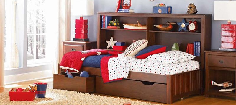 Детская кровать из массива дерева темного цвета