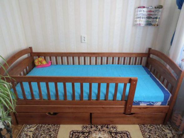 Детская кровать на основе натуральной древесины