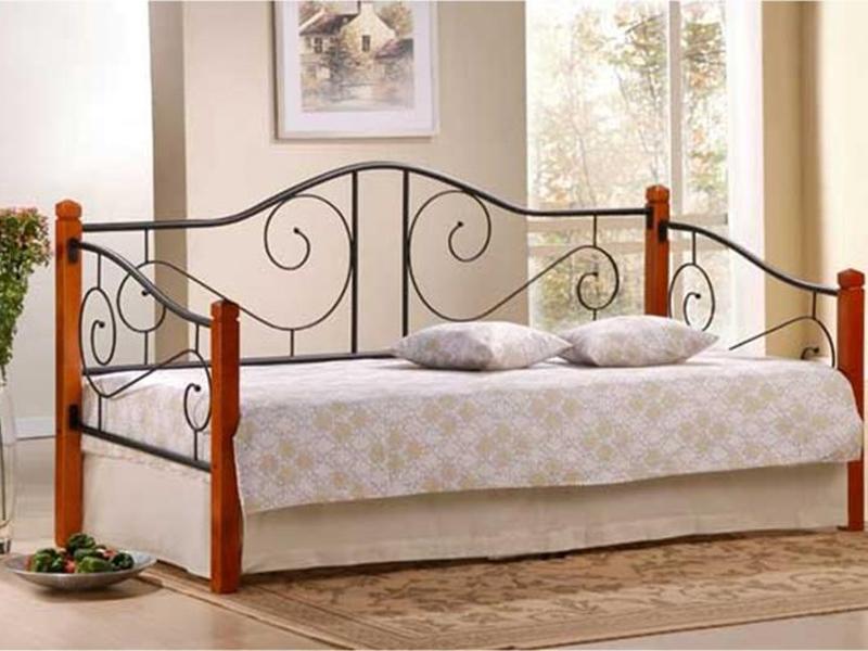 Детская кровать с коваными деталями