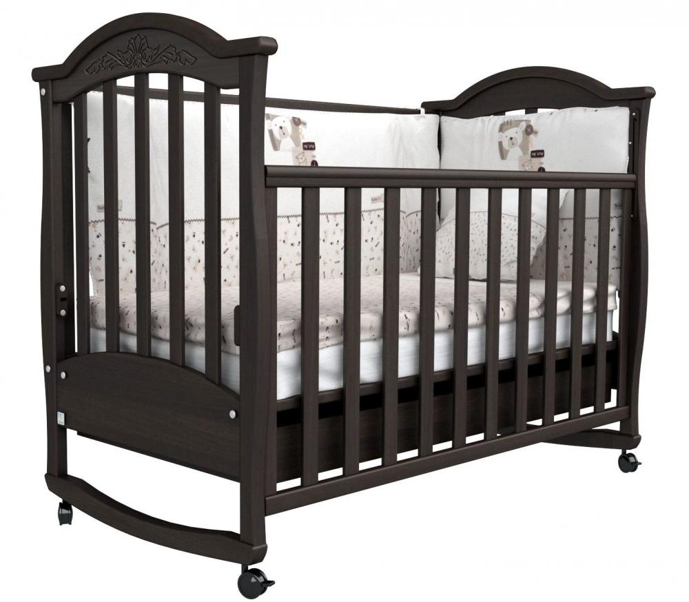 Детская кровать темного цвета