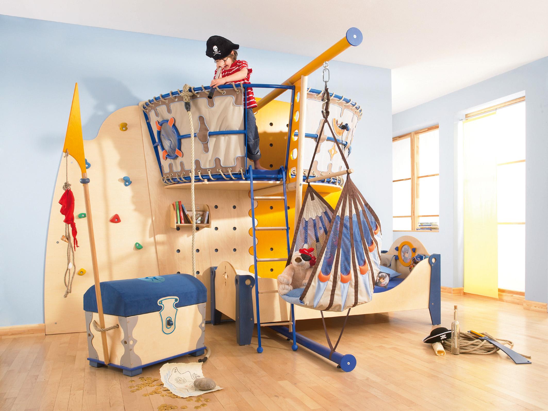 Детские кровати-корабли как нельзя лучше символизируют океан, волны и приключения