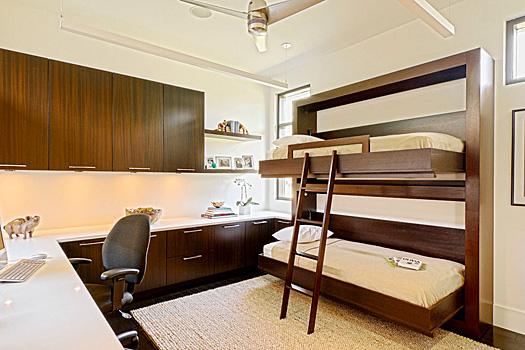 Двухъярусные кровати могут комбинироваться со шкафами, стеллажами и полками
