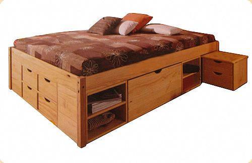 Двуспальная кровать с множеством ящиков и ниш