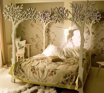 Экстравагантная кровать с отделкой в виде деревьев