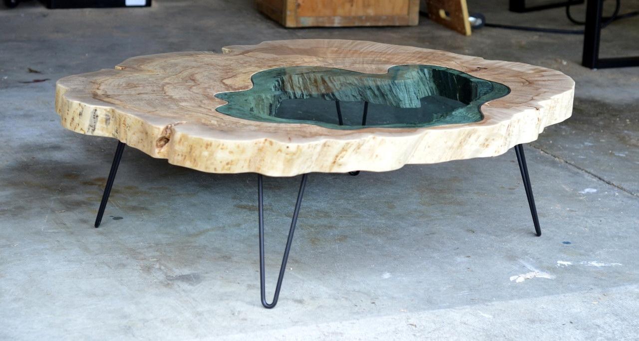 Интересным примером стильного и необычного декора помещения является стол из эпоксидной смолы