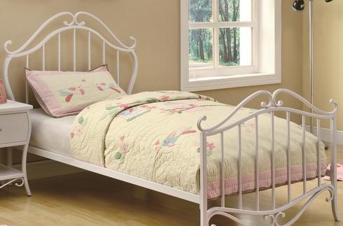 Использование кроватей белого цвета из металла