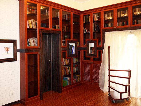 Как использовать угловой книжный шкаф