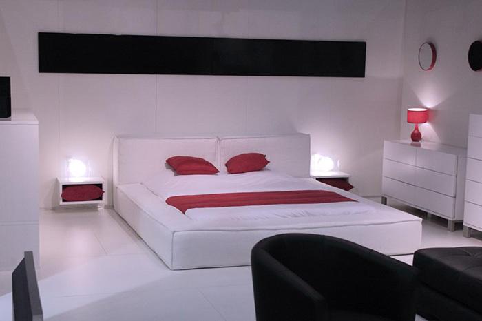 Классический вариант использования цветов в минималистическом стиле спальни