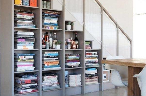 Книги внутри лестницы