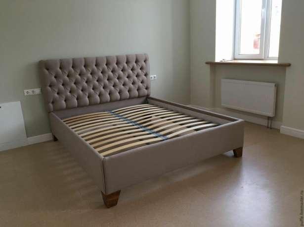 Коричневые оттенки обивки кровати