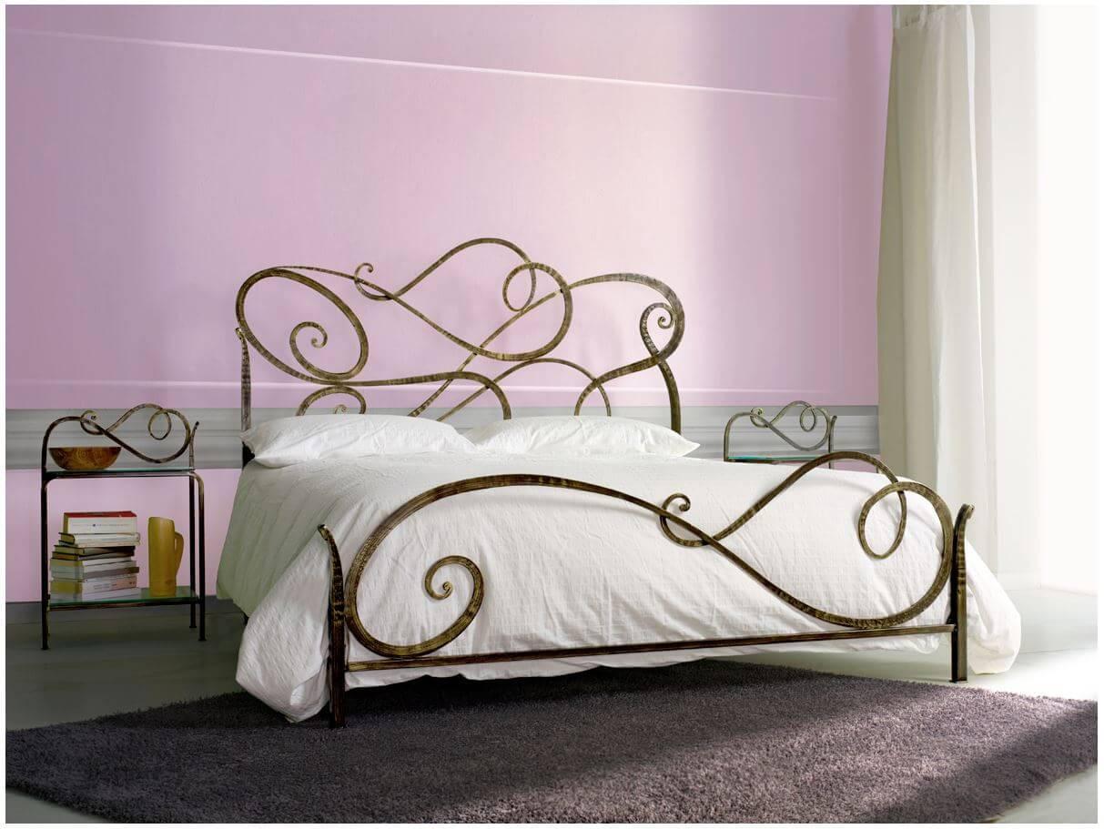 Кованые изогнутые детали кровати