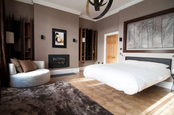 Красивая кровать без ножек в спальне