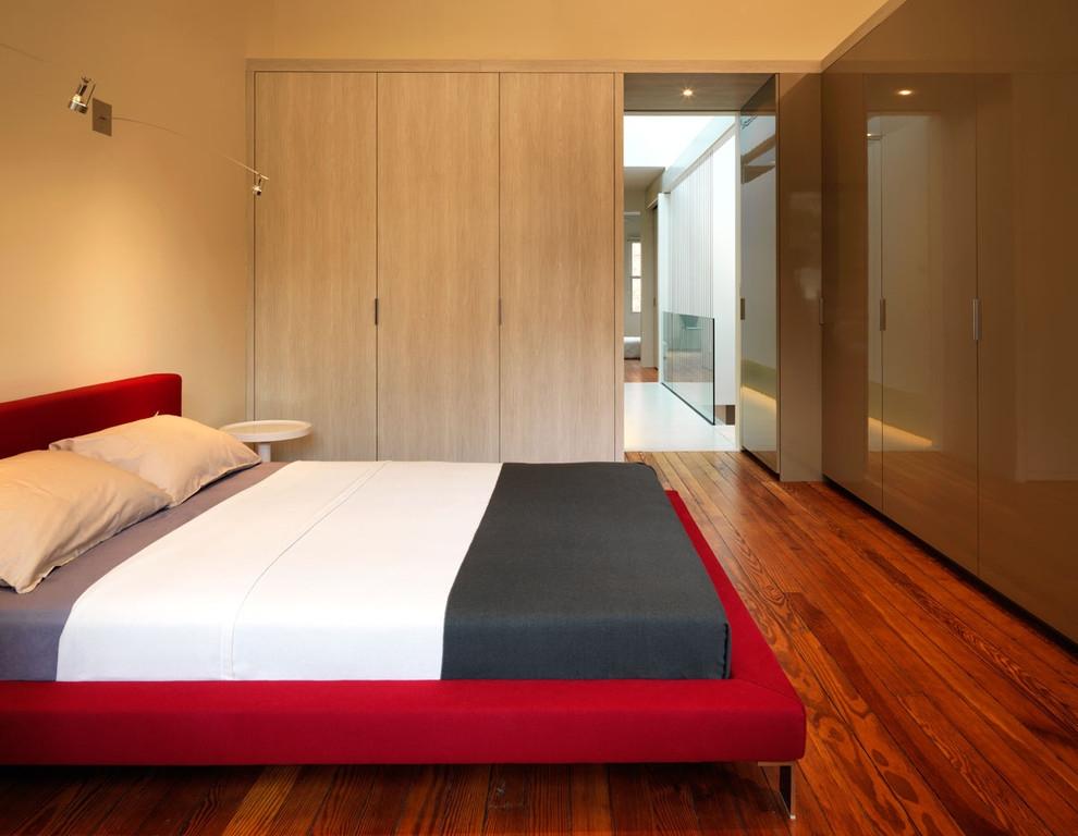Красная кровать