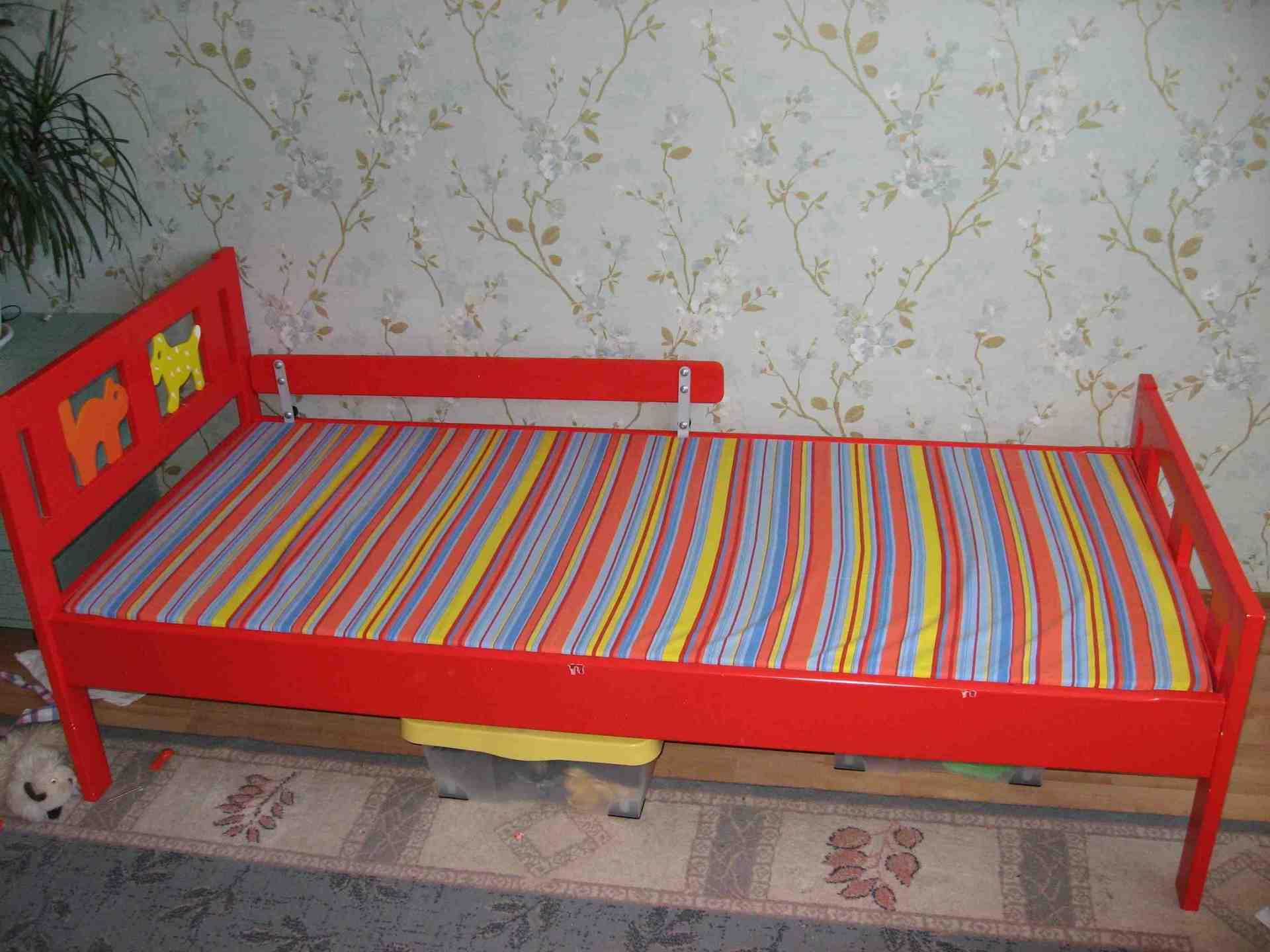 Красные предметы мебели из натурального массива