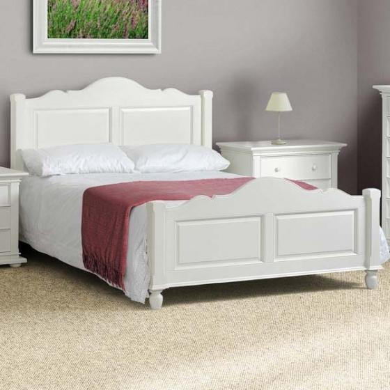 Кровать белого цвета на основе натурального дерева