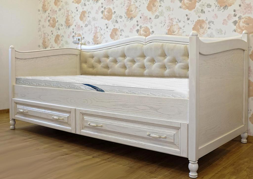 Кровать для девочки белого цвета с красивым изголовьем