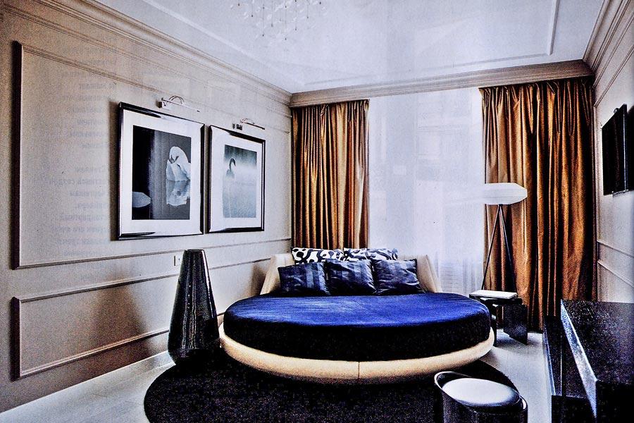 Кровать круглой формы около стены