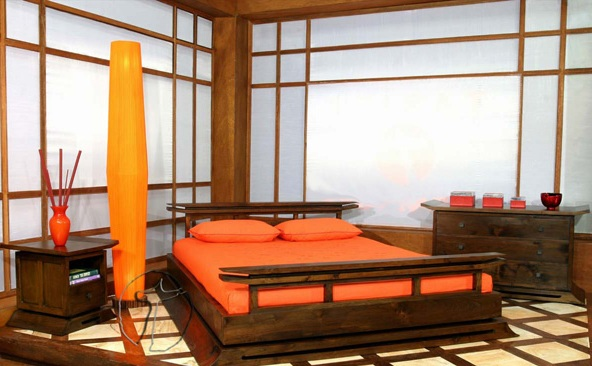 Кровать на площадке из массива настоящего дерева