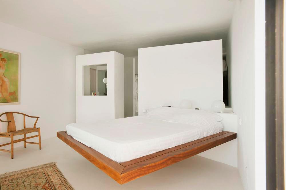 Кровать над полом, установленная на стену