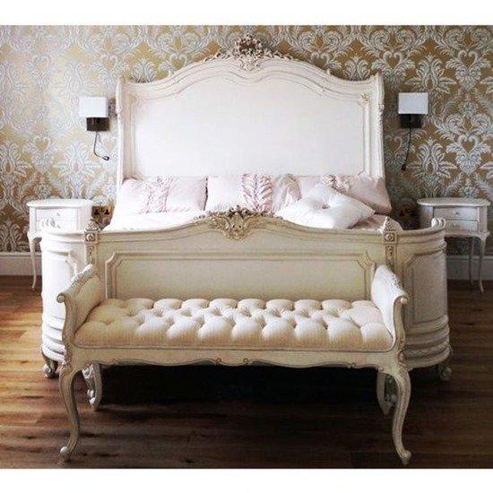 Кровать с банкеткой в мягком оформлении
