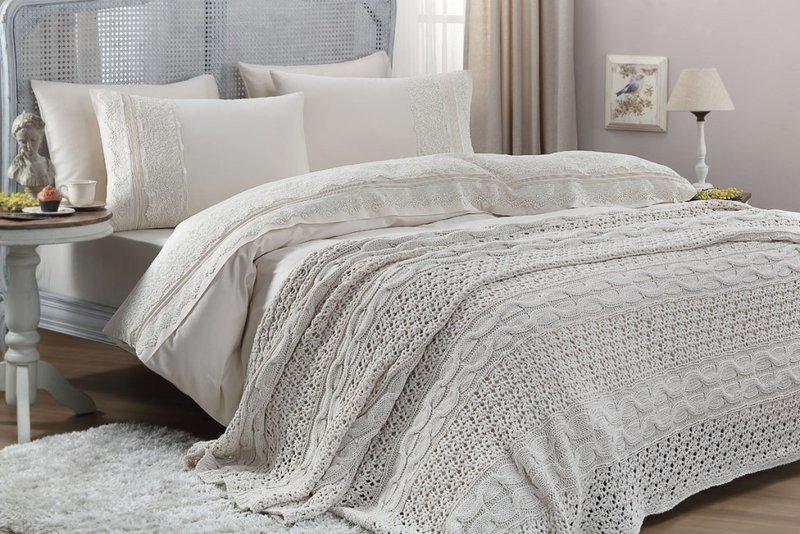 Кровать с белым текстилем