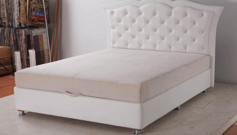 Кровать с приятным белым стеганым изголовьем