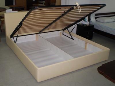 Кровать с ручным подъемным механизмом