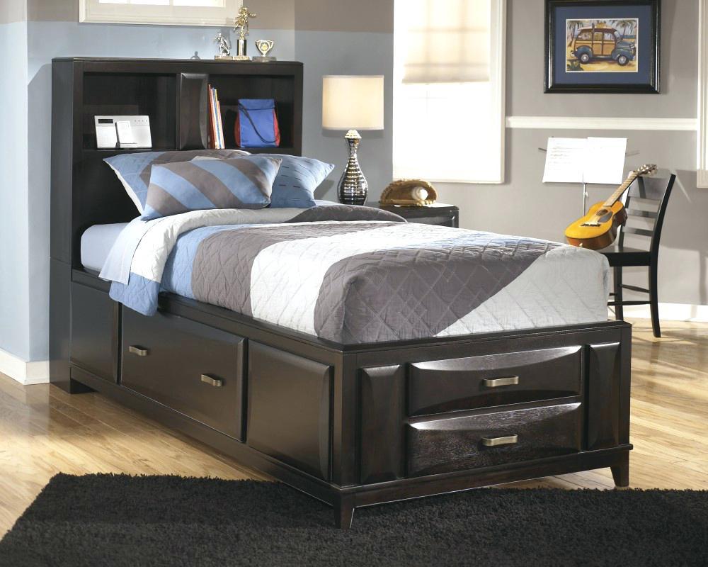 Кровать с ящиками предоставляет дополнительный отсек для удобного расположения вещей