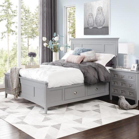 Кровать серого цвета на ножках