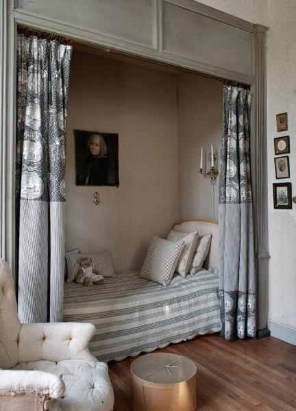 Кровать, установленная в нише