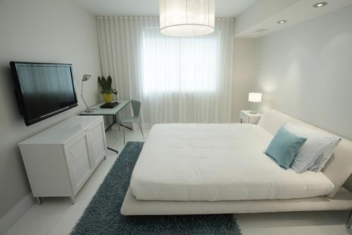 Кровать в светлом интерьере