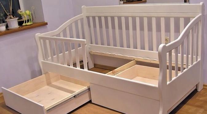 Кроватка для маленького ребенка с бортиками