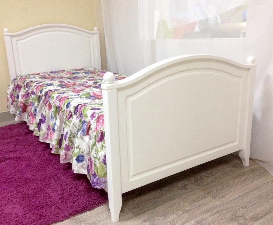 Кроватка для ребенка белого цвета