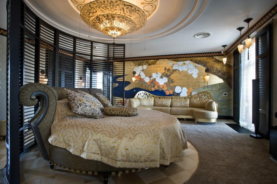 Круглая кровать в центре спальни