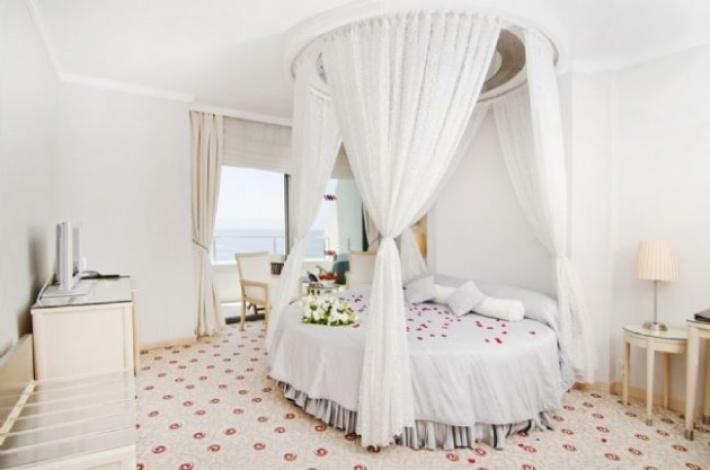 Круглую кровать с балдахином можно красиво вписать в интерьер
