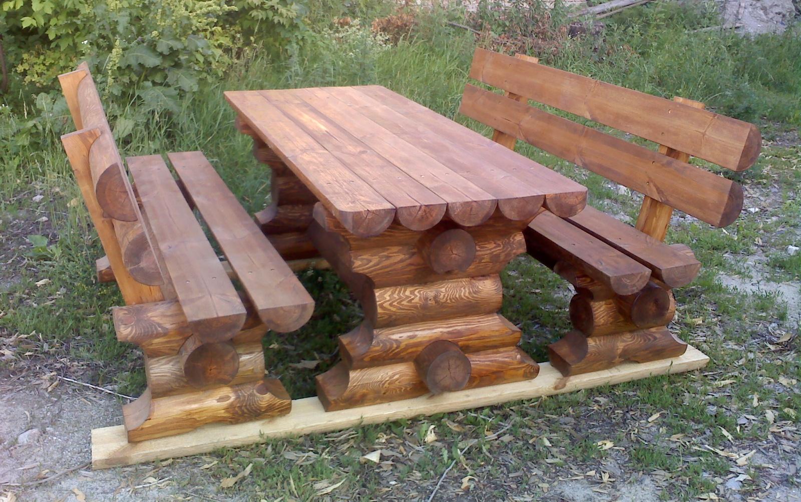 Мебель изготовлена из оцилиндрованного бревна