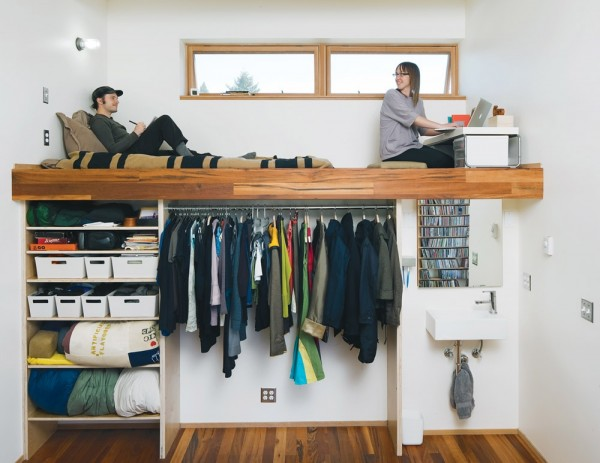 Место для сна под потолком с рабочей зоной