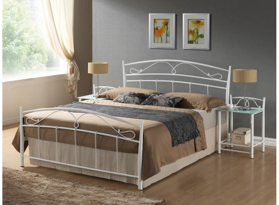 Металлические изголовье кровати в спальне