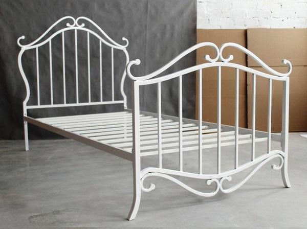 Металлический каркас современной кровати