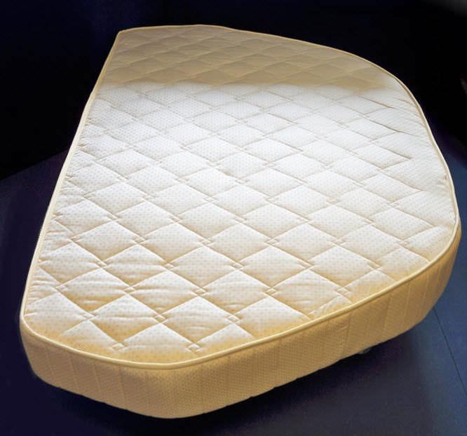 Необычная форма матраса для современной кровати