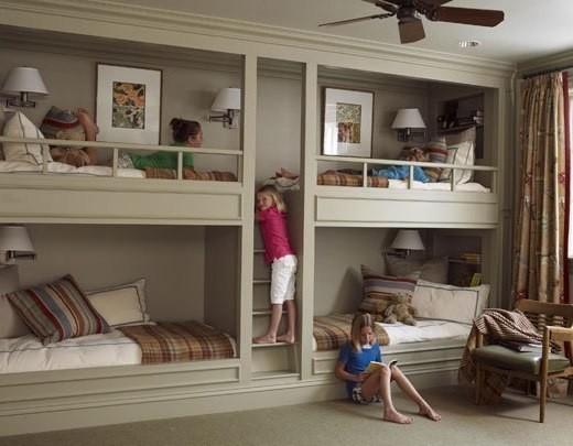 Несколько спальных мест в комнате детей
