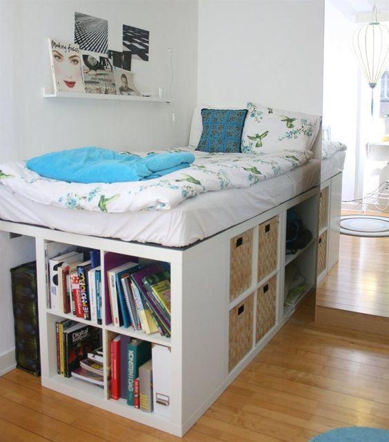 Очень высокая кровать с полками и корзинами
