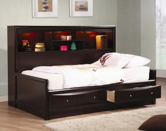 Односпальная кровать с вместительными ящиками