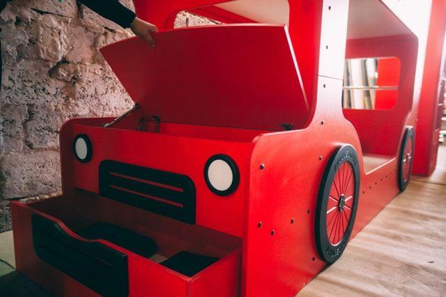 Оформление красной кровати ребенка
