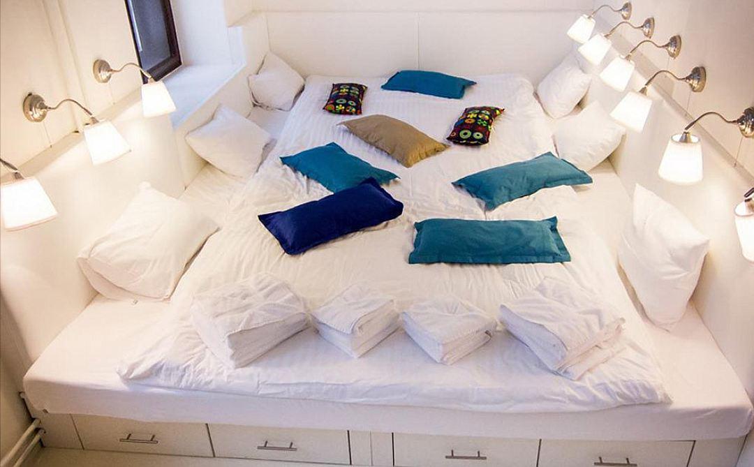 Огромная белая мебель